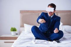 L'homme d'affaires utilisant un casque de réalité virtuelle dans la chambre à coucher Photo stock