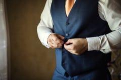 L'homme d'affaires utilise une veste Le politicien, style du ` s d'homme, mâle remet le Cl Photos libres de droits