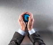 L'homme d'affaires viable remet des soins de notre environnement et responsabilité d'entreprise Photos stock