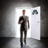 L'homme d'affaires vient à l'intérieur par la porte Photos libres de droits