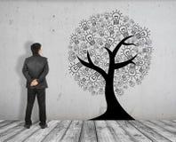 L'homme d'affaires voient la photo de concept de l'arbre d'idée sur la brique blanche parqueter et le mur en béton Image libre de droits