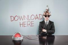 L'homme d'affaires Wearing Futuristic Helmet par téléchargement ici textotent sur le mur Photo stock