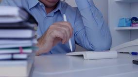 L'homme d'affaires Work dans la chambre d'archives effectuent le calcul de comptabilité avec la machine à calculer banque de vidéos