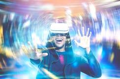 L'homme d'afro-américain jouant l'avenir de jeu de VR est maintenant photographie stock libre de droits