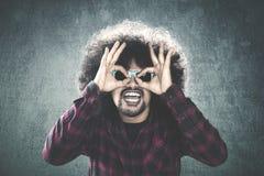 L'homme d'Afro montre l'expression drôle photos stock