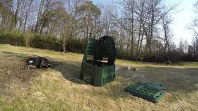 L'homme d'agriculteur de jardinier assemblent la boîte en plastique de compost Timelapse 4K banque de vidéos