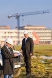 L'homme d'architecte effectuent des notes sur le chantier de construction Images stock