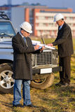 L'homme d'architecte effectuent des notes sur le chantier de construction Photos stock