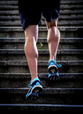 L'homme d'athlète avec la jambe forte muscles l'escalier urbain de ville de formation et de fonctionnement dans la forme physique images libres de droits