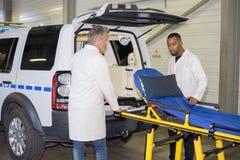 L'homme d'Escue a retiré le strecher d'ambulance image stock