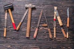L'HOMME d'inscription est écrit par des outils de travail Le mot HOMME se compose des outils d'un travail photos libres de droits