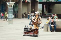 L'homme d'orchestre joue sur la rue pour des passants à St Petersburg photographie stock libre de droits