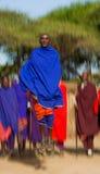 L'homme d'un masai de tribu montre des sauts rituels Photo stock