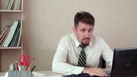 La tête masculine fonctionne au bureau avec lordinateur portable se