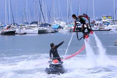 L'homme d'Unidentfied démontre des acrobaties de flyboard, Photographie stock