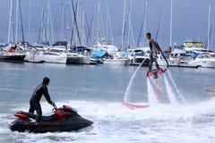 L'homme d'Unidentfied démontre des acrobaties de flyboard, Images libres de droits