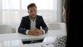 L'homme dans déprimé parle des problèmes avec la femme, employé de bureau coupable parlent avec l'exécutif dans le bureau, clips vidéos