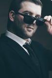 L'homme dans des lunettes de soleil a abaissé dans la chambre noire photos libres de droits
