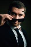 L'homme dans des lunettes de soleil a abaissé dans la chambre noire images libres de droits