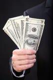 l'homme dans des mains retient des affaires du dollar d'argent Images libres de droits