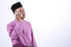 L'homme dans l'habillement traditionnel, se tenant célèbrent Eid Fitr Photos stock