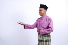 L'homme dans l'habillement traditionnel, se tenant célèbrent Eid Fitr Image stock