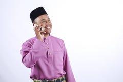 L'homme dans l'habillement traditionnel, se tenant célèbrent Eid Fitr Image libre de droits