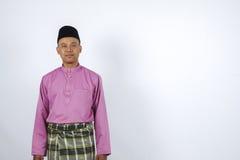 L'homme dans l'habillement traditionnel, se tenant célèbrent Eid Fitr Photographie stock