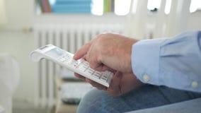 L'homme dans la chambre de bureau effectuent le calcul financier avec la machine à calculer banque de vidéos