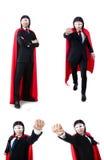 L'homme dans la couverture rouge d'isolement sur le blanc Photo stock