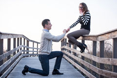 L'homme dans la fabrication d'amour proposent à une amie étonnée, engagement Photo libre de droits