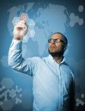 L'homme dans le blanc marque Bouton virtuel Technologie innovatrice c Photos stock