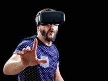 L'homme dans le bleu a pointillé la réalité virtuelle de port 3d-headset de T-shirt Photo stock