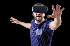 L'homme dans le bleu a pointillé la réalité virtuelle de port 3d-headset de T-shirt Photos libres de droits