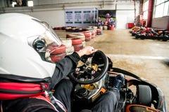 L'homme dans le casque conduit le kart images stock