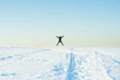 L'homme dans le chandail chaud avec une barbe marche sur la rue pendant l'hiver dans un jour ensoleillé chaud à la rivière photo stock