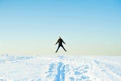 L'homme dans le chandail chaud avec une barbe marche sur la rue pendant l'hiver dans un jour ensoleillé chaud à la rivière images libres de droits