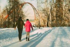 L'homme dans le chandail chaud avec une barbe marche sur la rue pendant l'hiver dans un jour ensoleillé chaud à la rivière image stock
