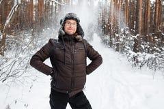 L'homme dans le chapeau d'hiver de fourrure avec l'oreille agite le sourire Photos libres de droits