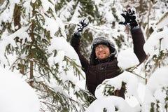 L'homme dans le chapeau d'hiver de fourrure avec l'oreille agite le portrait de sourire photographie stock