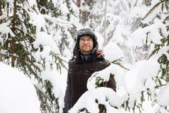L'homme dans le chapeau d'hiver de fourrure avec l'oreille agite le portrait de sourire photographie stock libre de droits
