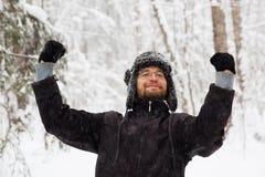 L'homme dans le chapeau d'hiver de fourrure avec l'oreille agite le portrait de sourire photo stock