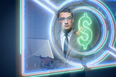 L'homme dans le concept en ligne de commerce de devise Image libre de droits