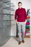 L'homme dans le pantalon gris et un chandail rouge photos libres de droits