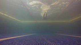 L'homme dans le speedo de balsk nage la brasse et sort de la piscine banque de vidéos