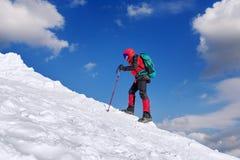 L'homme dans le voyage d'hiver avec un sac à dos photo stock