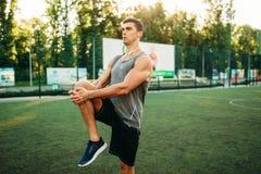L'homme dans les vêtements de sport se prépare à la séance d'entraînement extérieure photo libre de droits