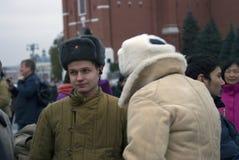 L'homme dans l'uniforme militaire élaboré pose pour des photos avec des visiteurs de l'exposition Photographie stock libre de droits