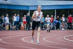 l'homme de 75 ans court 400 mètres Photographie stock