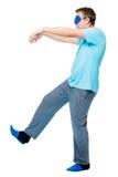L'homme de 30 ans marche dans un rêve, souffre de sleepwalking Photo stock